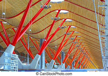 La estructura celular del aeropuerto internacional de Barajas en Madrid, España. Detalles del techo de la terminal del aeropuerto en Madrid.