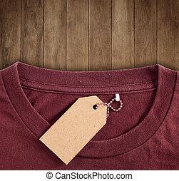 La etiqueta del precio cuelga sobre la camiseta