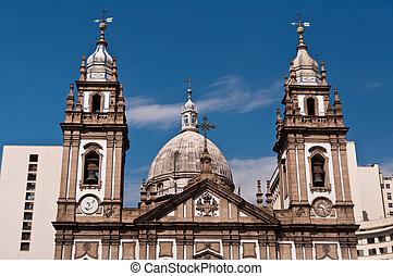 La fachada de la iglesia Candelaria en Río de Janeiro