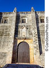 La fachada de la vieja iglesia en Campeche