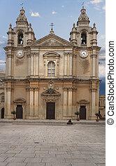 La fachada de una iglesia en Malta