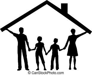 La familia bajo la casa tiene techo sobre los niños