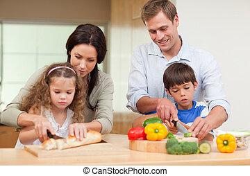 La familia corta los ingredientes