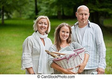 La familia está lista para un picnic al aire libre
