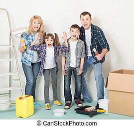 La familia feliz hace reparaciones en casa