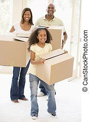 La familia se muda a un nuevo hogar sonriendo