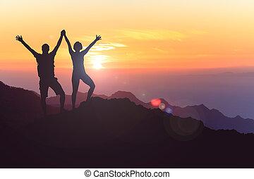 La feliz pareja celebra, alcanzar la meta de la vida y el éxito