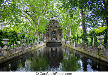 La fuente Médici en el jardín de lujo, París, Francia