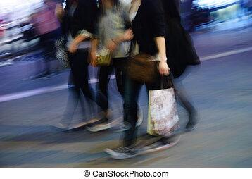 La gente camina por la calle