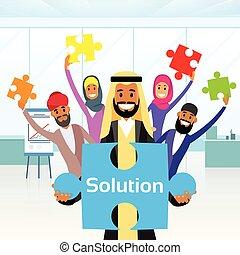 La gente de negocios arab grupo sostiene rompecabezas concepto de solución árabe