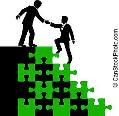 La gente de negocios ayuda a encontrar una solución