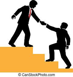 La gente de negocios ayuda a escalar el éxito