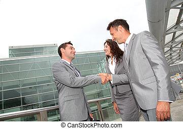 La gente de negocios da la mano