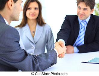 La gente de negocios da la mano, termina una reunión