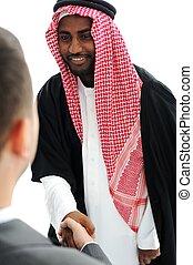 La gente de negocios del medio oriente da la mano