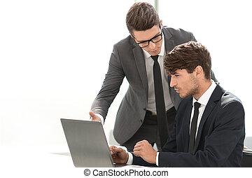 La gente de negocios discute algo sentado en la mesa de la oficina.