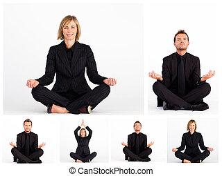 La gente de negocios practica yoga
