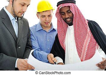 La gente de negocios que asesora sobre un nuevo proyecto en Oriente Medio