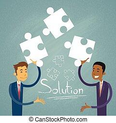 La gente de negocios resuelve el rompecabezas de dos hombres de negocios