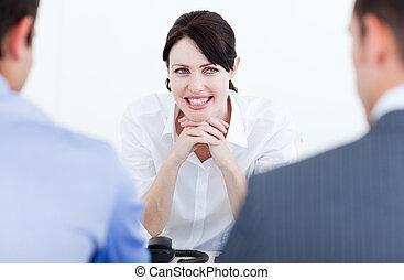 La gente de negocios sonriente tiene una entrevista de trabajo