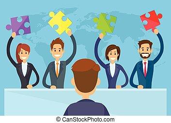 La gente de negocios tiene un concepto de equipo de solución