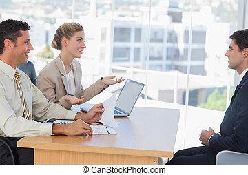 La gente de negocios tiene una entrevista