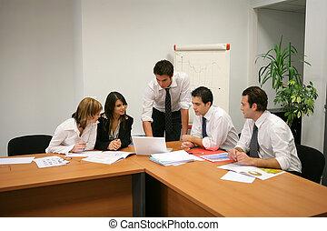 La gente de negocios tiene una reunión en una sala de juntas