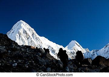La gente hace senderismo en las montañas