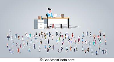 La gente se agrupa frente a la maestra sentada en el escritorio diferentes empleados de ocupación mezclan el concepto de educación horizontal a toda velocidad