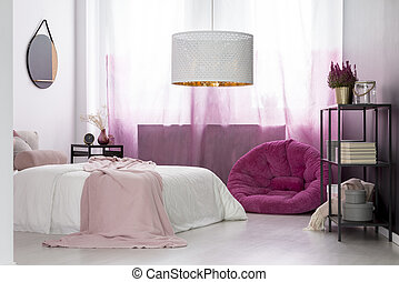 La habitación de la chica con pouf rosa
