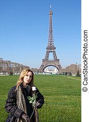 La hermosa joven contra Tour d'Eiffel. Francia, París.