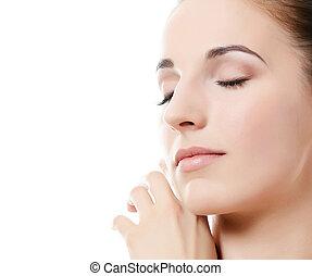 La hermosa mujer. Una foto de la hermosa mujer con un maquillaje natural. Cuidado con la piel. Spa