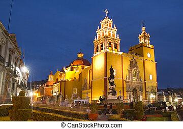 La iglesia amarilla icónica en Guanajuato, México