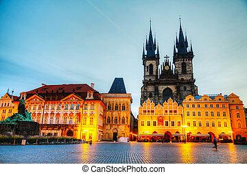 La iglesia de nuestra dama antes de ir a Praga al amanecer