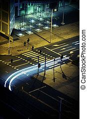 La infraestructura de la ciudad moderna de noche