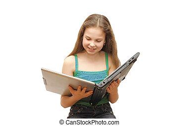 La joven con la laptop aislada