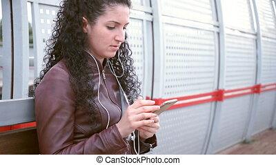 La joven está esperando el tren