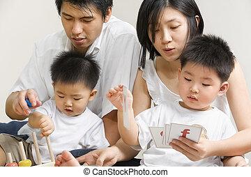 La joven familia asiática pasa tiempo juntos