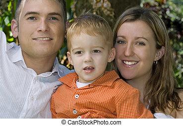 La joven familia sonriendo