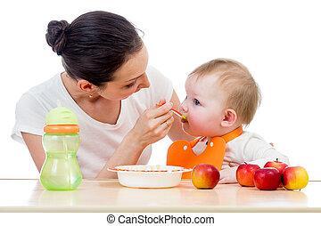 La joven madre alimentó a su niña