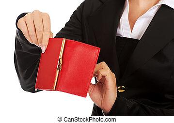 La joven muestra su billetera vacía. Un concepto de bancarrota