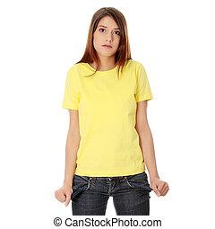 La joven muestra sus bolsillos vacíos