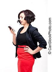 La joven mujer de negocios está hablando por teléfono móvil
