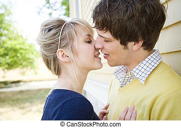 La joven pareja caucásica besándose