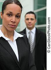 La joven pareja de negocios estaba frente a su oficina