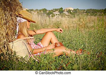 La joven se relaja al aire libre en verano