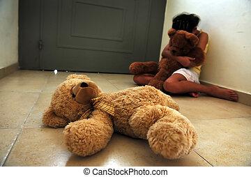 La joven sufre de violencia doméstica
