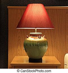 La lámpara de mesa de la vieja moda