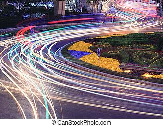 La luz del camino de la ciudad sigue caminos nocturnos en Shangai