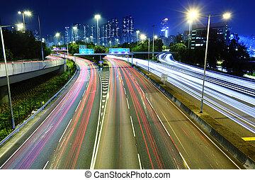 La luz del tráfico sigue por la noche